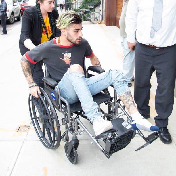 Zayn Malik em cadeira de rodas