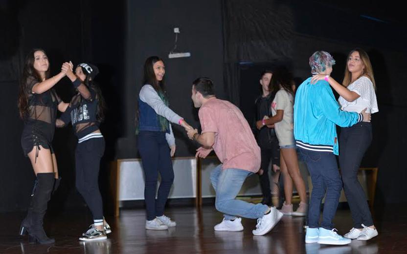 youtubers dançando valsa com fãs