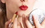 Menina com dicas de maquiagens