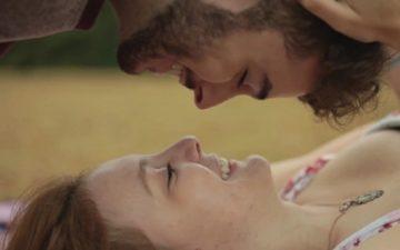 Casal se beijando mostrando o que seu beijo diz