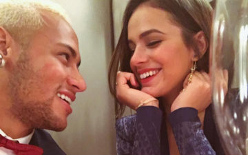 Neymar olhando para Bruna Marquezine, que sorri
