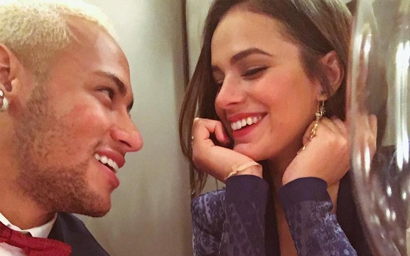 Neymar olhando para Bruna Marquezine, que sorri, Neymar e Bruna
