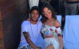 Bruna Marquezine e Neymar juntos, abraçados, usando roupas de verão, brancas e estampadas