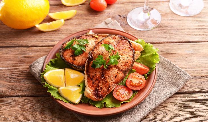 Prato com peixe e legumes