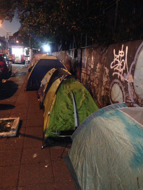Fãs de Harry Styles acampam em São Paulo