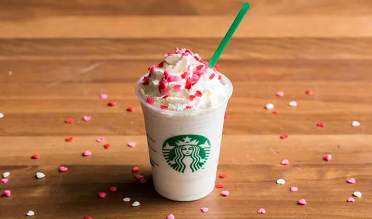 frappuccino branco com chantilly e confeitos em formato de corações rosas em cima