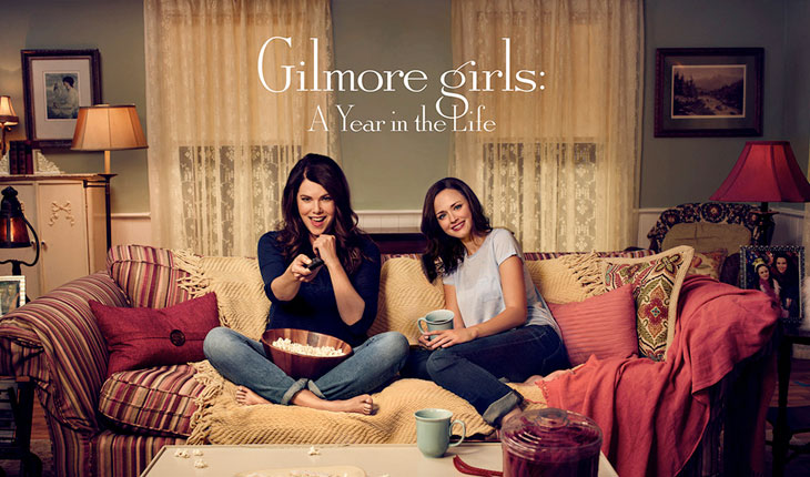 personagens de gilmore girls sentadas juntas assistindo tv