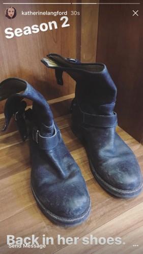 foto de um par de botas tirado por Katherine Langford, protagonista da série 13 Reasons Why