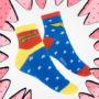 meias azul, vermelha e amarela, da mulher maravilha