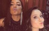 Anitta ao lado de Larissa Manoela, ambos fazendo beijinho para foto