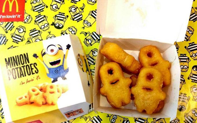 nuggets em formato de minions na caixinha do mc donald's que tem desenhos dos minios