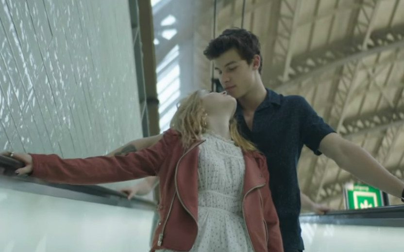 Shawn Mendes no clipe There's Nothing Holding me Back