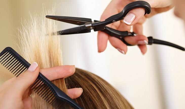 pessoa cortando o cabelo