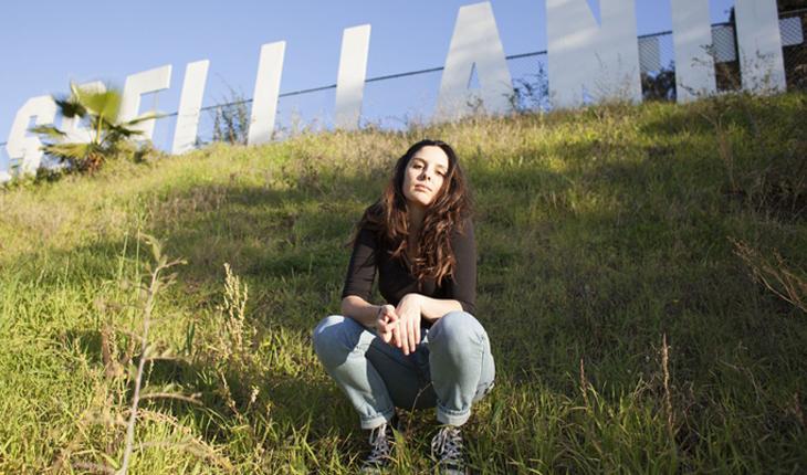 músicas: Maddie Ross sentada na grama