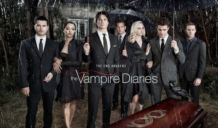 personagens de the vampire diaries usando roupas pretas e segurando guarda-chuvas em tempo chuvoso