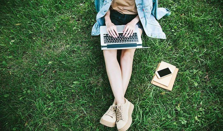 menina-notebook-trabalhar com internet