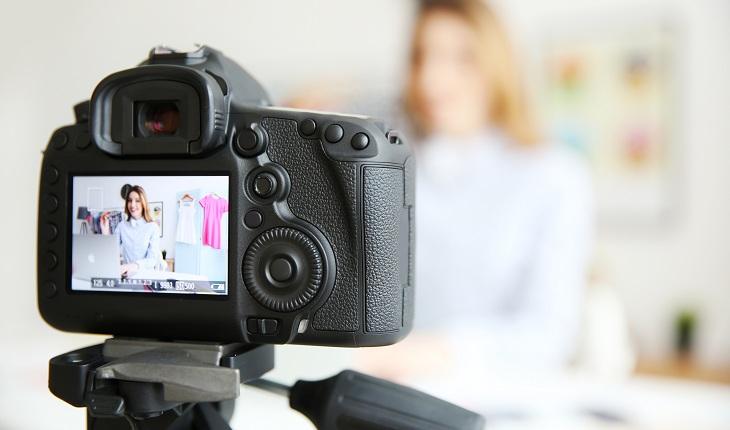 Câmera fotográfica tirando fotos em estúdio