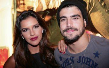 Caio Castro ao lado de Mariana Rios, usando roupas escuras