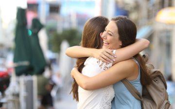 BFF-amigas-abraço-sorriso
