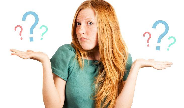 Menina confusa cheia de dúvidas mudando