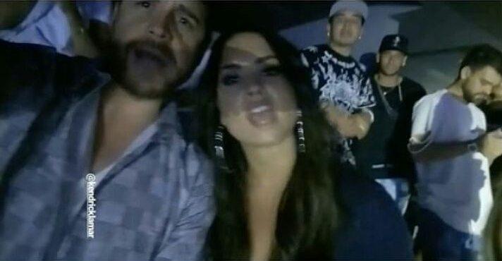Demi Lovato em selfie com amigo, e neymar no fundo com amigos
