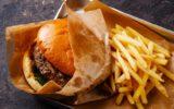 Hamburguer ao lado de batatas fritas no fast-food