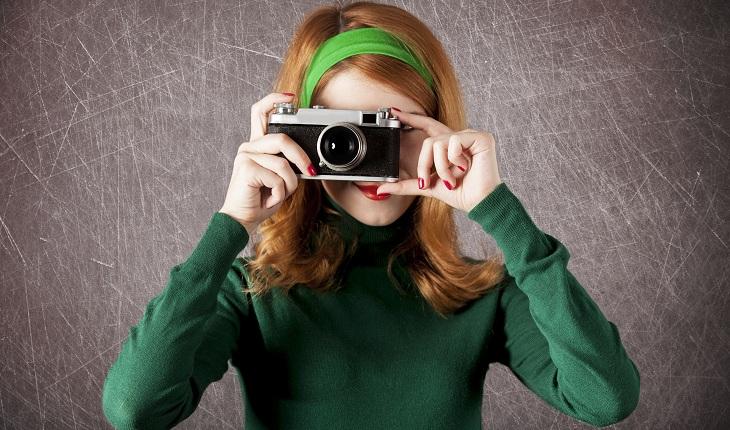 Moça de blusa verde tirando foto