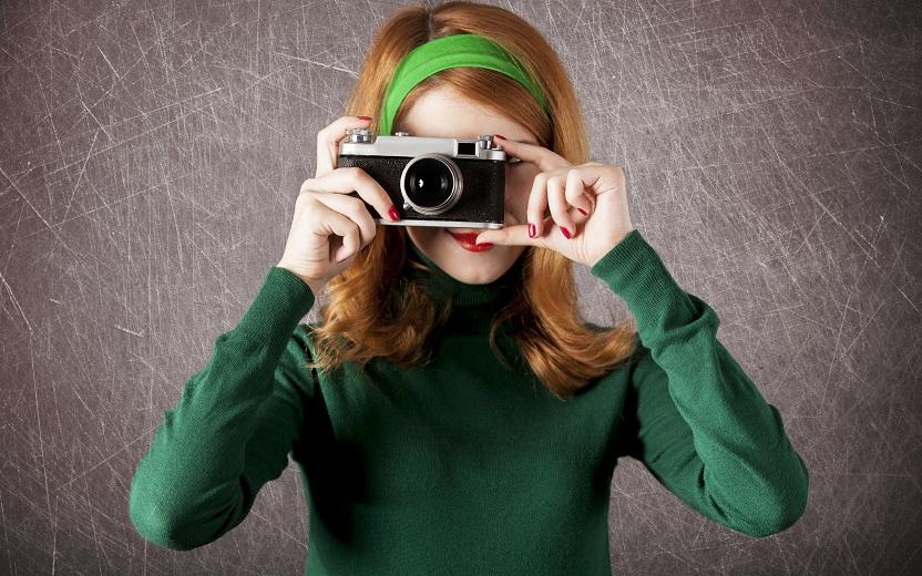 Fotógrafa roupa verde tirando fotos
