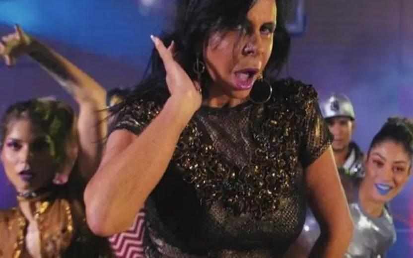 Gretchen usando roupa preta e dourada em gravação do vídeo de swish swish, memes da Gretchen
