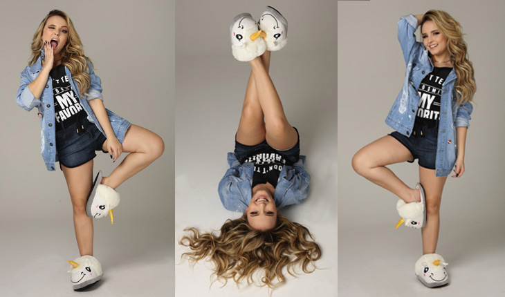 67b5bb10282c5 Larissa Manoela vestindo short jeans, t-shirt, camisa jeans e pantufas de  unicornio