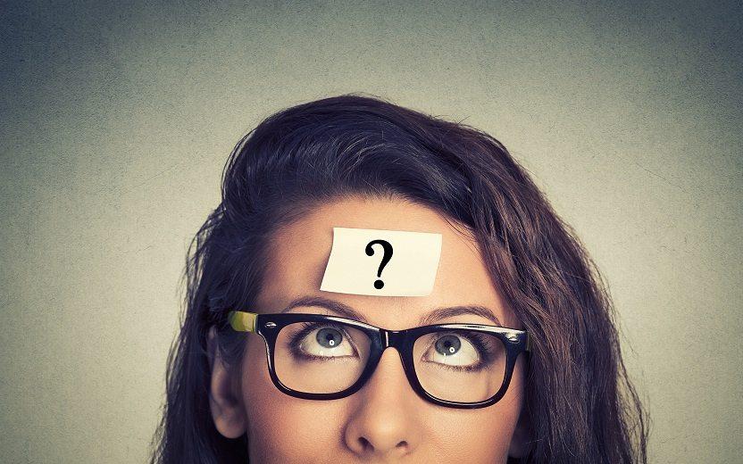 Menina de óculos confusa e em dúvida sobre mudar