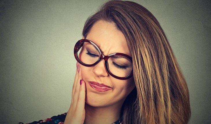 Menina de óculos pensativa