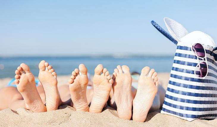 pés-praia-férias