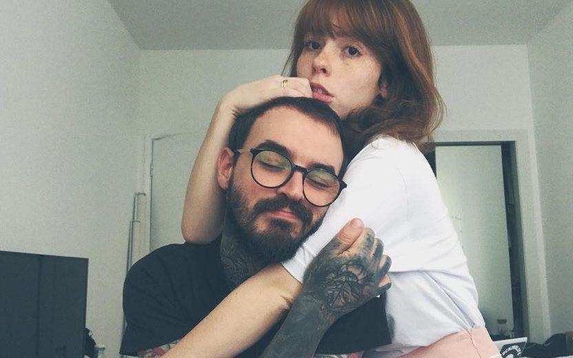 Pc Siqueira com braço tatuado e namorada