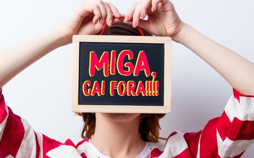 Menina segurando plaquinha escrita: Miga, cai fora!