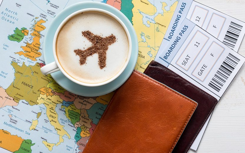 Itens para viagem de férias: passaporte, mapa, documentos e café