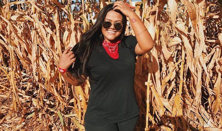 Youtuber Camila Loures com cabelo ao vento e óculos de sol