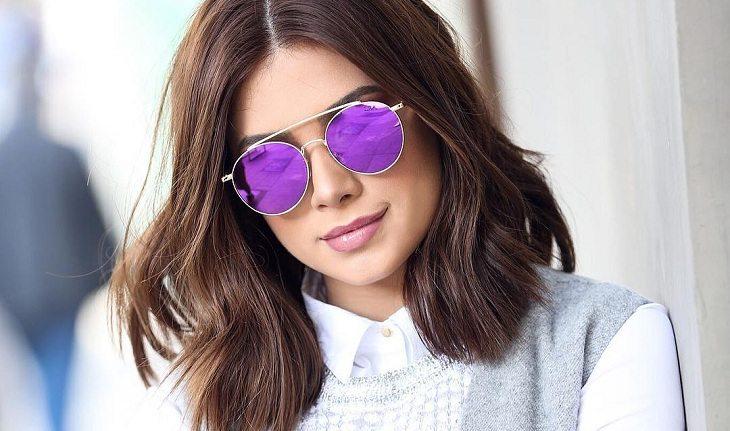 Flavia Pavanelli de óculos roxo