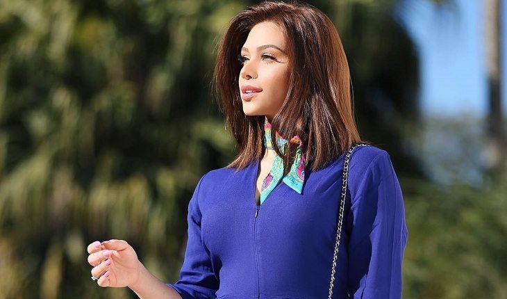 Flavia Pavanelli de blusa azul
