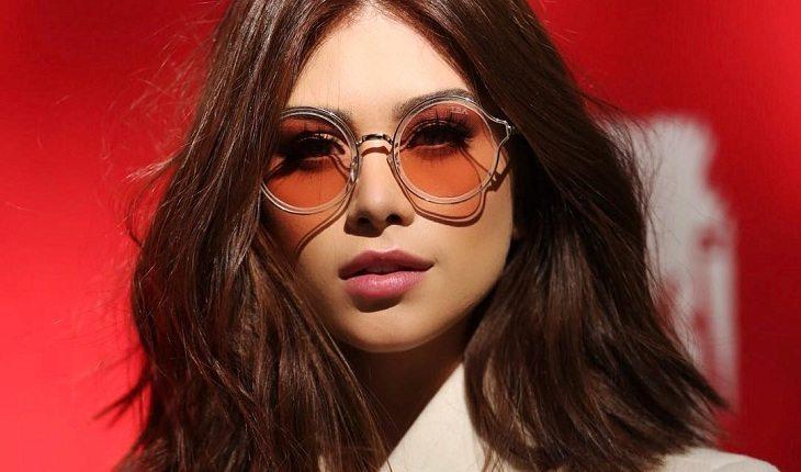 Flavia Pavanelli de óculos laranja