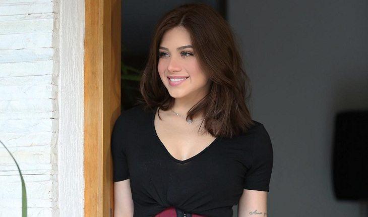 Flavia Pavanelli de blusa preto