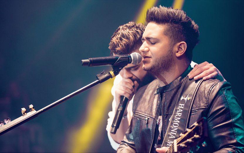 Henrique e Juliano cantando juntos em show