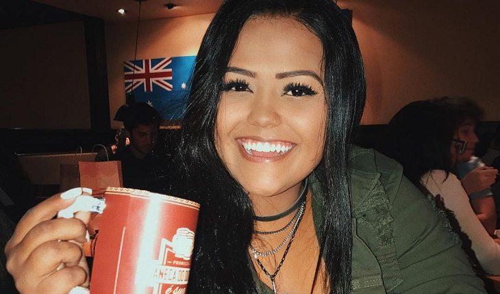 Camila Loures com copo na mão