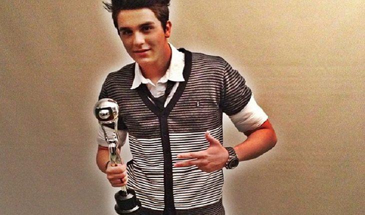 Luan Santana segurando troféu