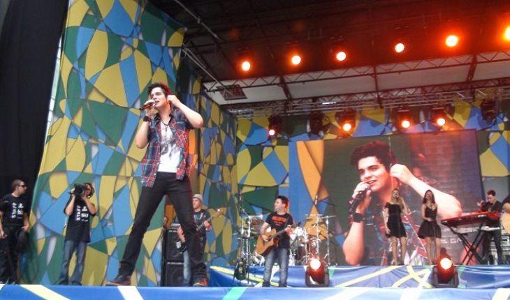 o cantor Luan Santana em um show do Brasilian Day em 2011 em Nova York