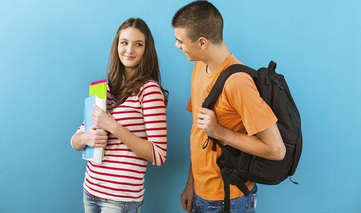 Menina conversando com garoto