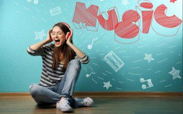 menina sentada no chão escutando música no spotify