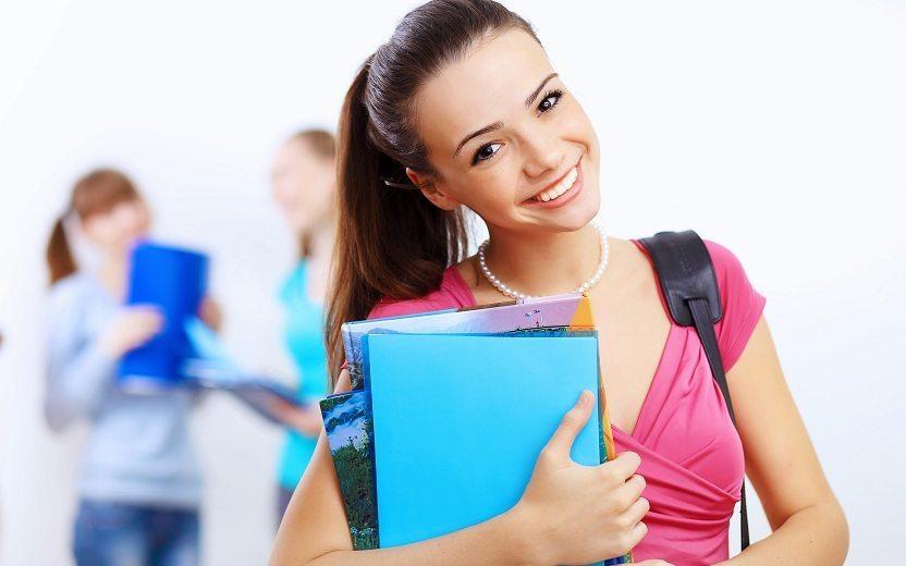 Menina com material escolar pensando na futura profissão