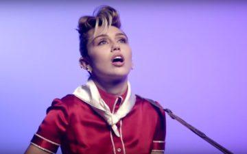 """Miley se inspira em Elvis, beija senhorinha na boca e se sente mais jovem em """"Younger Now"""""""