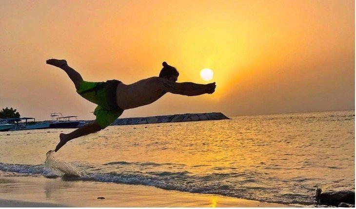 Whindersson Nunes dando um mergulho na beira da praia